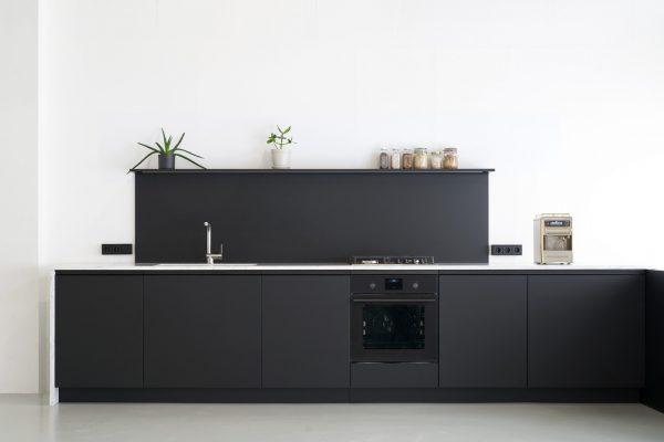 Einbauküche in schwarz von STUDIOLIVIUS