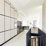 einbauküche mit weissen und metall fronten