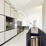 einbauküche mit integrierter pantry und frühstückstresen