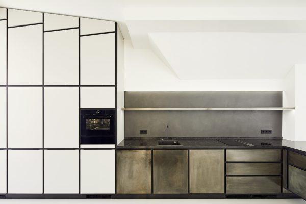 Frontalansicht einbauküche mit lackfronten und granit arbeitplatte
