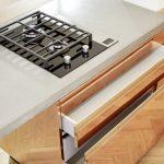 STUDIOLIVIUS Küche aus Kupfer Detail Kochefeld und Schubladen