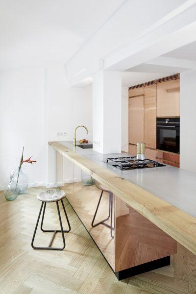 STUDIOLIVIUS Kücheninsel aus Kupfer, Beton und Eiche