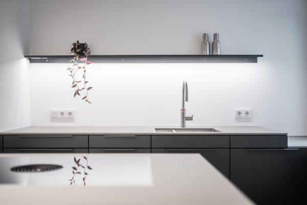 Einbauküche mit grauen Fronten